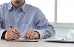 Biznesmena pracujący czytanie dokumentuje wykres pieniężnego akcydensowy suc Obraz Royalty Free