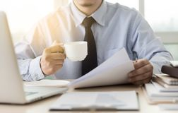 Biznesmena pracujący czytanie dokumentuje wykres pieniężnego akcydensowy suc Obraz Stock