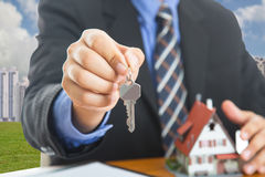 Biznesmena przedstawienia klucze dla twój dobrej własności Obraz Royalty Free