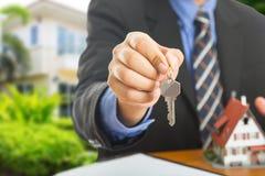 Biznesmena przedstawienia klucze dla twój dobrej własności Zdjęcie Royalty Free