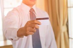 Biznesmena przedstawienia kredytowa karta lub odwiedzać karta zdjęcie stock