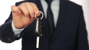 Biznesmena przedstawienia samochodu nowy klucz zdjęcie wideo