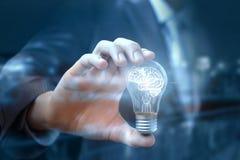 Biznesmena przedstawienie żarówka z mózg który zaświeca up obraz royalty free