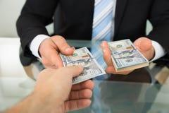 Biznesmena przelotny pieniądze kolega przy stołem obrazy royalty free