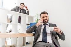 biznesmena przeszpiegi na koledze nad rozdział obraz stock