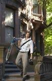 Biznesmena przewożenia bicykl Podczas gdy Pochodzący kroka Zdjęcia Royalty Free