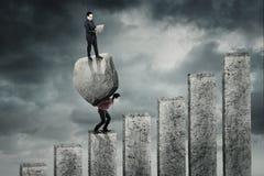 Biznesmena przewożenia kamień i partner Zdjęcie Stock