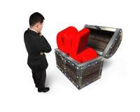 Biznesmena przyglądający czerwony odsetek podpisuje wewnątrz skarb klatkę piersiową Obraz Royalty Free