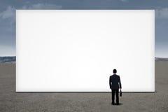 Biznesmena przyglądający pusty billboard Obrazy Stock