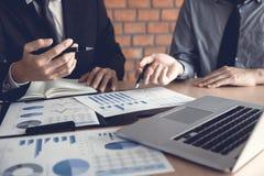 Biznesmena przyglądający wykres i zbiorczy raport na dokumentu finanse budżeta papierze z analiza kosztu dane wynikamy obrazy stock