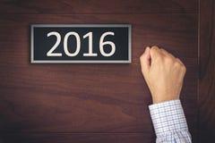 Biznesmena pukanie na nowego roku 2016 drzwi Zdjęcie Stock