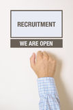 Biznesmena pukanie na Rekrutacyjnym wydziałowym biurowym drzwi Obraz Royalty Free