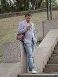 biznesmena puszka schodków target629_1_ Dyrektor texting na miastowym tle Postępowy biznesowy pojęcie kosmos kopii Zdjęcia Royalty Free