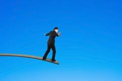 Biznesmena równoważenie na drewnianej desce z niebieskim niebem Obrazy Royalty Free