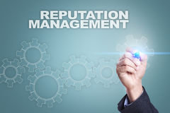 Biznesmena rysunek na wirtualnym ekranie REPUTACI zarządzania pojęcie obraz royalty free