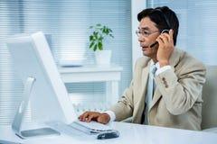 biznesmena słuchawki używać Zdjęcia Stock