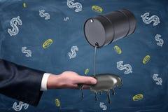 Biznesmena ` s ręka dosięga out chwyta oleju wyciek od małej czerni baryłki Obraz Stock