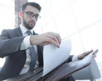 Biznesmena ` s ręka z suitecase w nowożytnym biurze Obrazy Stock