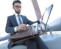 Biznesmena ` s ręka z suitecase w nowożytnym biurze Zdjęcie Royalty Free