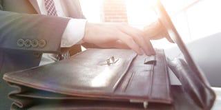 Biznesmena ` s ręka z suitecase w nowożytnym biurze Zdjęcia Royalty Free