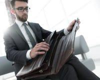 Biznesmena ` s ręka z suitecase w nowożytnym biurze Zdjęcia Stock