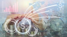 Biznesmena ` s ręki proctect stos pieniądze moneta i łączy, kolaboruje, sukces w kapitałowym finace zdjęcie stock