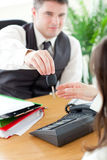 biznesmena samochodowy mienia klucza s ja target383_0_ Obrazy Royalty Free