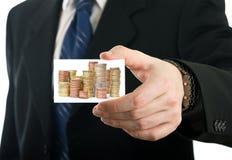 Biznesmena seansu karta z stertą monety Obrazy Royalty Free