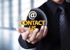 Biznesmena seansu kontakt my tekst w kryształowej kuli zdjęcia royalty free
