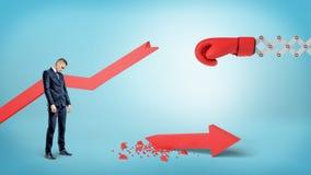 Biznesmena smutni stojaki blisko łamanej czerwonej statystycznej strzała z bokserską rękawiczką na wiośnie blisko go Zdjęcia Stock