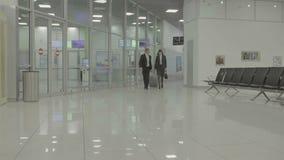 Biznesmena spacer w lotniskowej sala zbiory