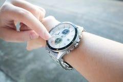 Biznesmena spojrzenia ręki zegarek dla iść pracować opóźniony czas, śpieszy up czas fotografia royalty free