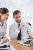 Biznesmena spotkanie z kolegą używa laptop Zdjęcia Royalty Free