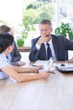 Biznesmena spotkanie z kolegami używa laptop Zdjęcie Stock