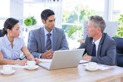 Biznesmena spotkanie z kolegami używa laptop Obrazy Stock