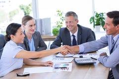Biznesmena spotkanie z kolegami używa laptop Obrazy Royalty Free
