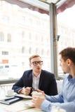 Biznesmena spotkanie z partnerem w na wolnym powietrzu kawiarni Zdjęcia Stock