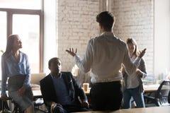 Biznesmena statywowego mienia biznesowa odprawa z pracownikami zdjęcia royalty free