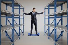 Biznesmena stojaki na równoważenie hulajnodze między dwa składowymi stojakami zdjęcie royalty free
