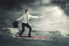 Biznesmena surfing na chmurnym dniu Obrazy Royalty Free