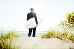 Biznesmena surfingowa aktywności plaży wakacji pojęcie Fotografia Royalty Free