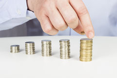 Biznesmena sztaplowania monety Obrazy Stock