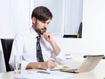 biznesmena tła laptopa na białym stanowiącą Obrazy Stock