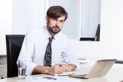 biznesmena tła laptopa na białym stanowiącą Zdjęcie Royalty Free