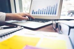 biznesmena tła laptopa na białym stanowiącą Biznesowa technologia obraz stock