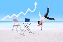 Biznesmena taniec pod wzrostową wykres chmurą, laptopem i zdjęcie royalty free