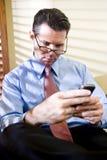 biznesmena telefon komórkowy poważny texting Zdjęcia Stock