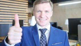 biznesmena twarzy ostrość seans jego selekcyjny znak thumb selekcyjny Selekcyjna ostrość na twarzy Zdjęcie Stock