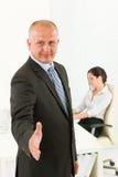 biznesmena uścisk dłoni biurowy fachowy senior Zdjęcia Stock