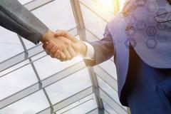 biznesmena uścisk dłoni dwa zdjęcia stock